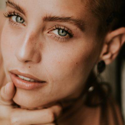 Nega kože okoli oči in triki za naravno samopomlajevanje